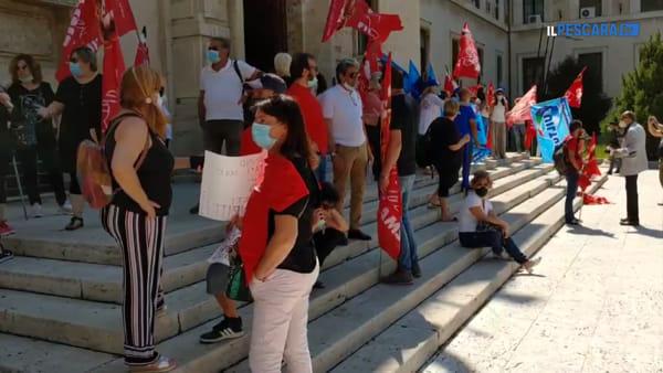 VIDEO | Protesta in piazza dei lavoratori della scuola (mense e pulizie) per chiedere garanzie per il futuro