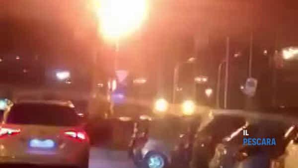 VIDEO | Albero in fiamme davanti alla stazione centrale di Pescara