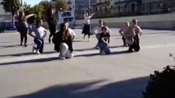 VIDEO | Dirigente della polizia stradale fa la proposta di matrimonio alla fidanzata con una coreografia di danza