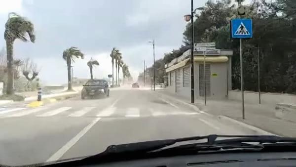 Tempesta di sabbia sul lungomare di Montesilvano per il forte vento - VIDEO -