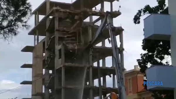 VIDEO | Già demolita metà dello scheletro di cemento sul lungomare