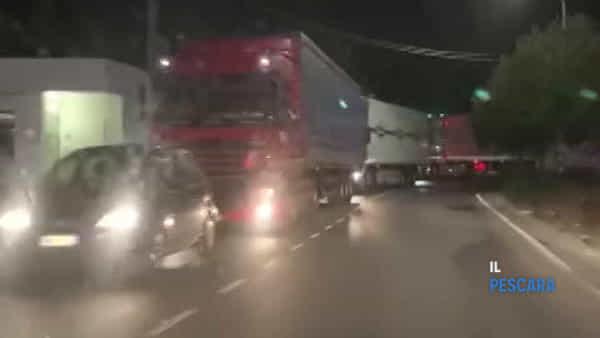 VIDEO | Code chilometriche con decine di tir sulla statale a Città Sant'Angelo