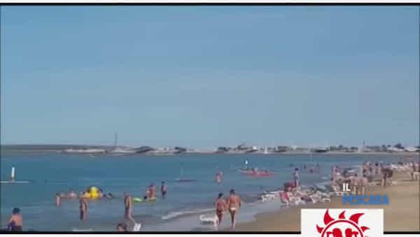 VIDEO | Minuto di silenzio e bandiere a mezz'asta in spiaggia per i fratellini annegati