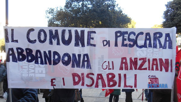 Tagli all'assistenza domiciliare, protesta in piazza Italia