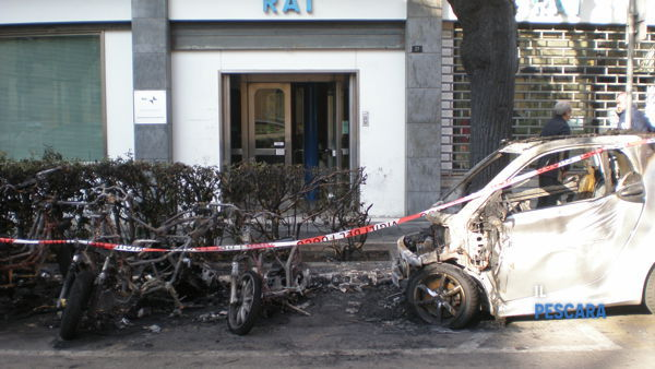 Incendio doloso in via De Amicis, a fuoco 5 motorini e una Smart