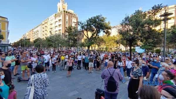 VIDEO | Pescara dice no a omofobia e razzismo, in centinaia scendono in piazza