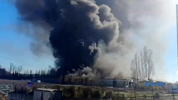 VIDEO   Incendio a Città Sant'Angelo, a fuoco una serra: le immagini