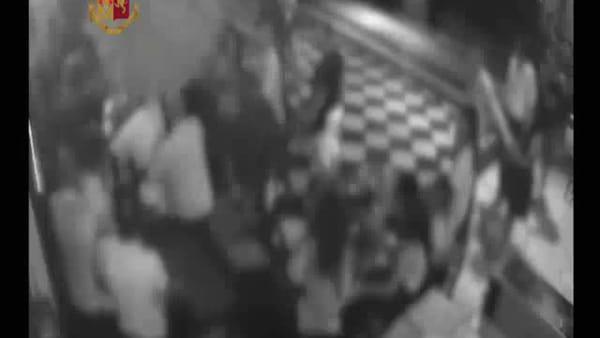 VIDEO   Pescara: addetti alla sicurezza di un locale pestati a sangue, le immagini