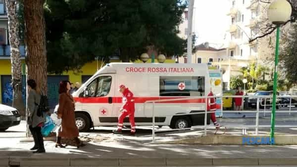 Dà in escandescenze e aggredisce una donna, paura in centro [FOTO]