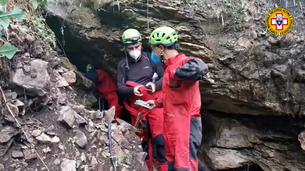 Roccamorice, salvati due dei tre speleologi bloccati in una grotta allagata [FOTO VIDEO]