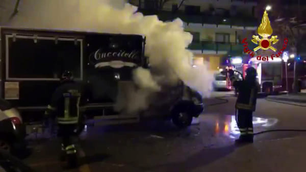 VIDEO | Incendio in via Aldo Moro a Pescara, furgone-paninoteca a fuoco