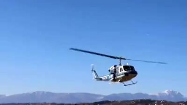 La Befana 2020 della polizia di Pescara arriva in elicottero all'aeroporto - VIDEO -