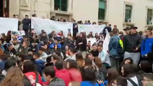"""VIDEO   Alberghiero, va in scena la protesta degli studenti: """"Riaprite la sede di via Italica"""""""
