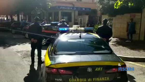 VIDEO | Poliziotti uccisi a Trieste, le forze dell'ordine omaggiano le vittime davanti alla Questura