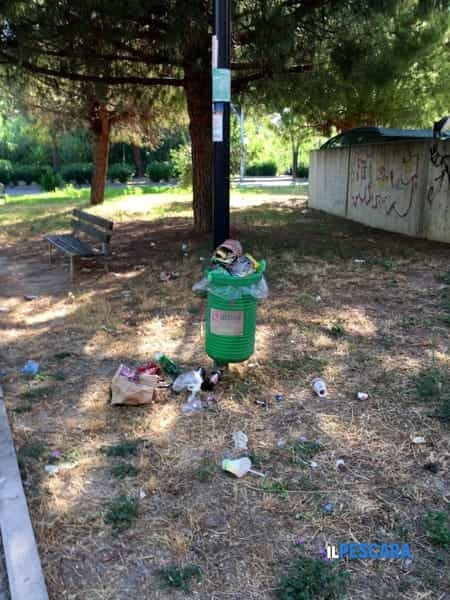Sempre più degrado sulla strada parco dopo la movida notturna degli stabilimenti di Pescara nord 1