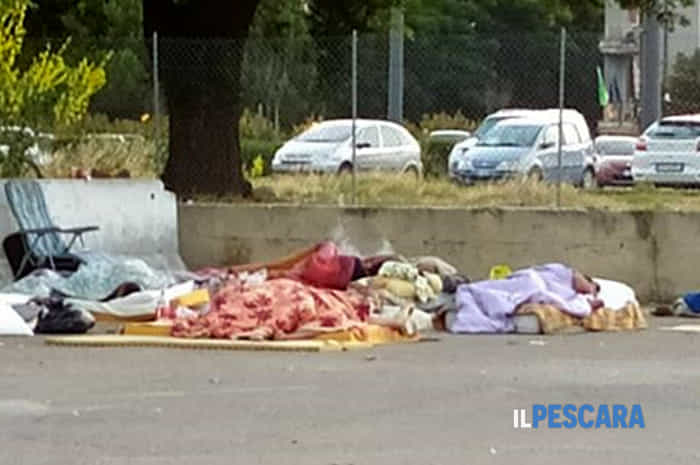 degrado rifiuti persone accampate stazione terminal bus pescara (2)