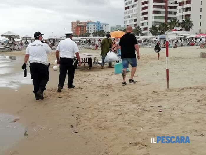 sequestro merce ambulanti spiaggia montesilvano (2)